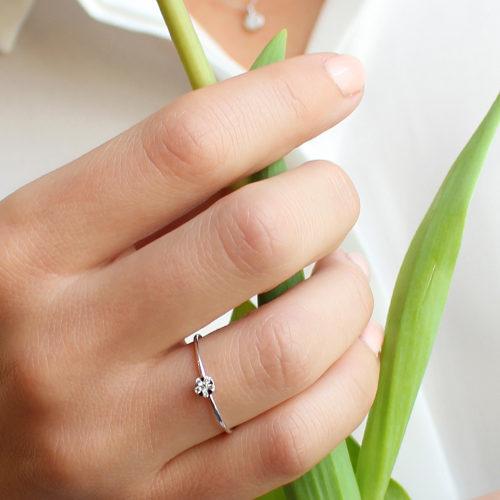 anillo de oro blanco rosetón con diamantes