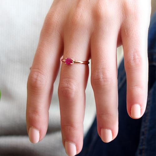 anillo de oro y rubí