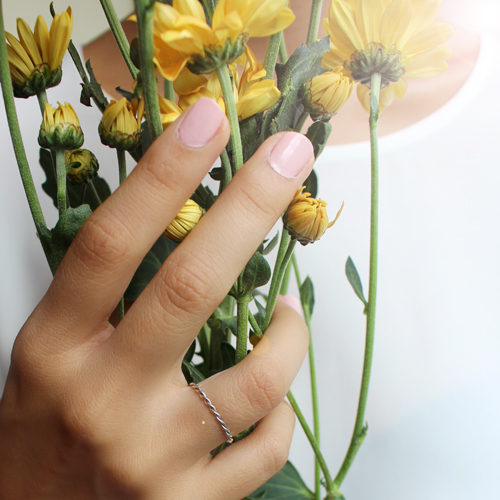 anillo de oro blanco trenzado