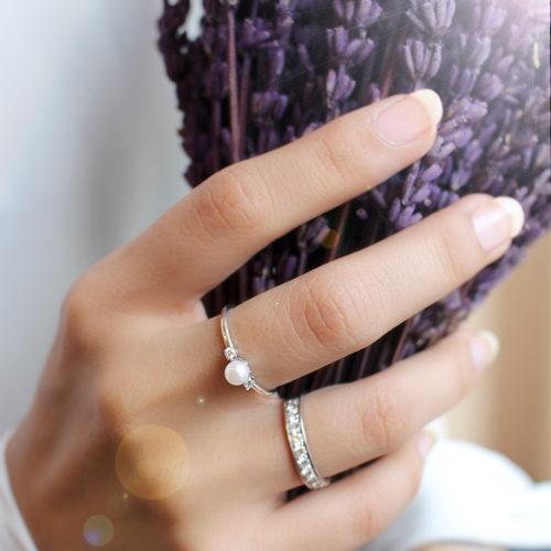 anillo de oro blanco con perla y diamantes