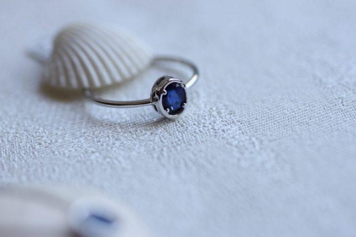 anillo de oro con zafiro