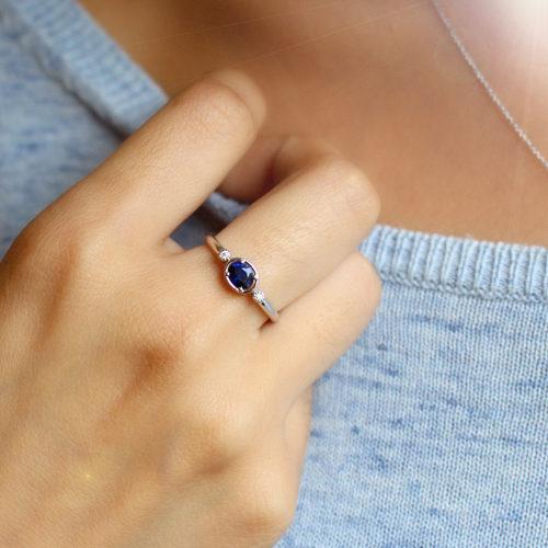 anillo de oro blanco con zafiro azul y diamantes