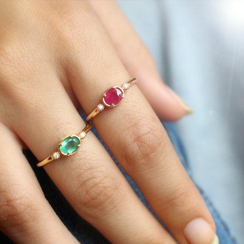 anillo de oro amarillo con esmeralda y diamantes