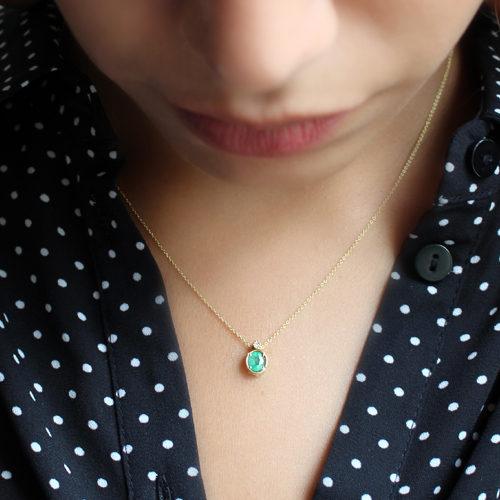 gargantilla de oro amarillo con esmeralda oval y diamante