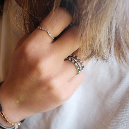 anillo de oro con diamantes y esmeraldas