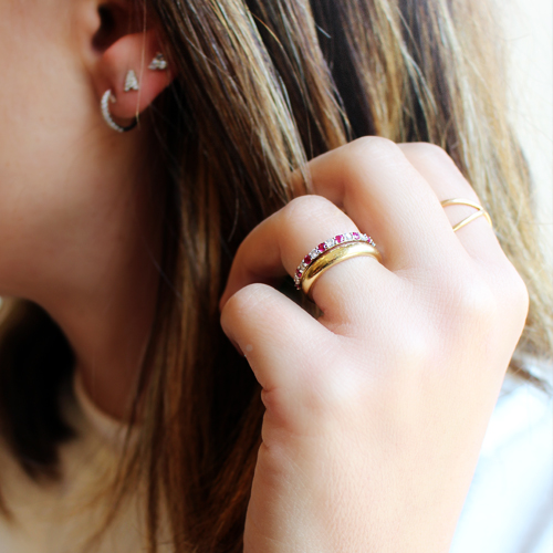 Anillo alianza de oro con rubí y diamantes