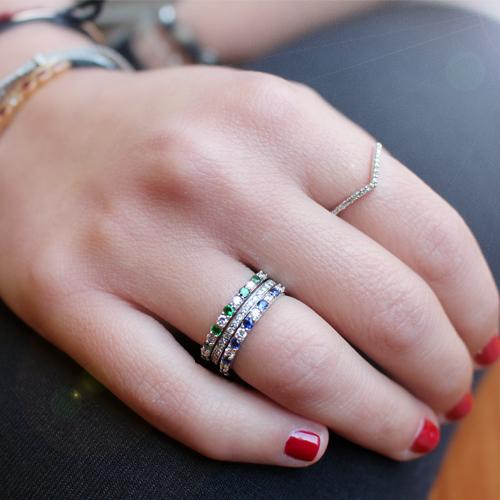 Anillo alianza de oro con zafiro azul y diamantes