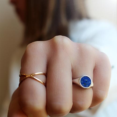 anillo sello de oro blanco con lapislázuli
