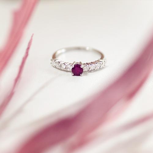 anillo de compromiso rubí y diamantes