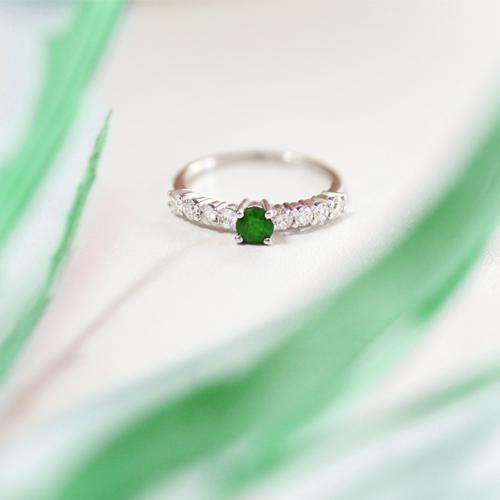 anillo de oro con diamantes y esmeralda