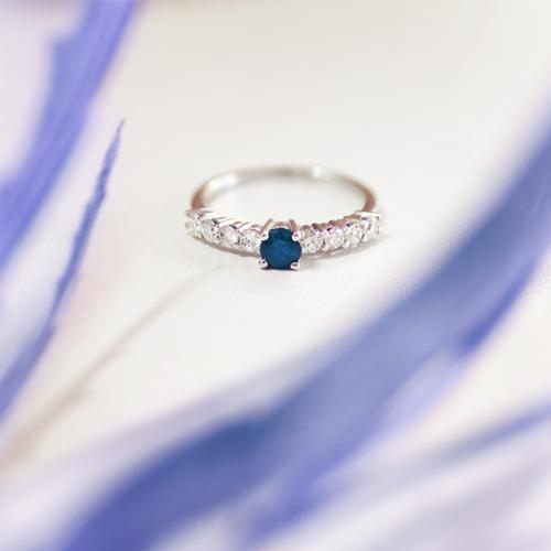 anillo de oro con zafiro y diamantes