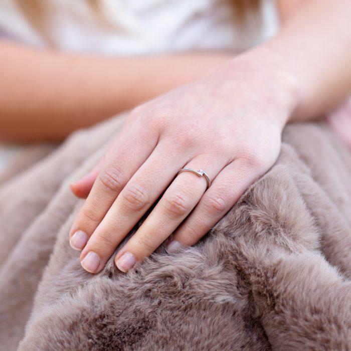anillo de oro con diamante princesa en suspensión