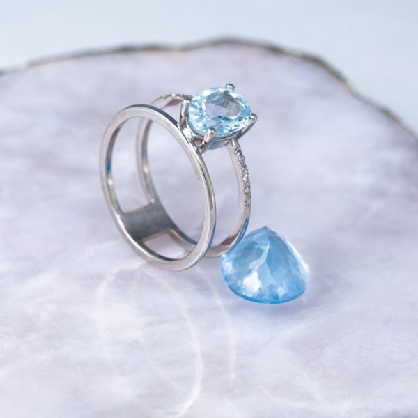 anillo de oro con aguamarina y diamantes