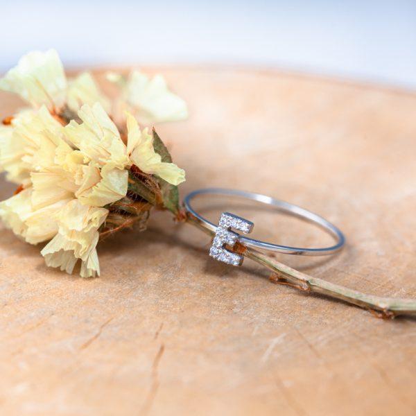 anillo con inicial de oro y diamantes