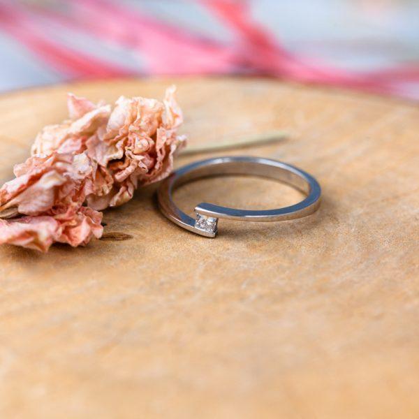 anillo con diamante princesa en suspensión