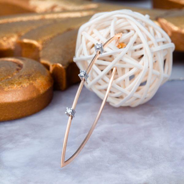 aros de oro con forma de lagrima y diamantes