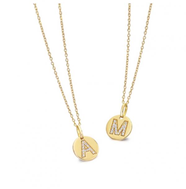 collar de oro con inicial de diamantes