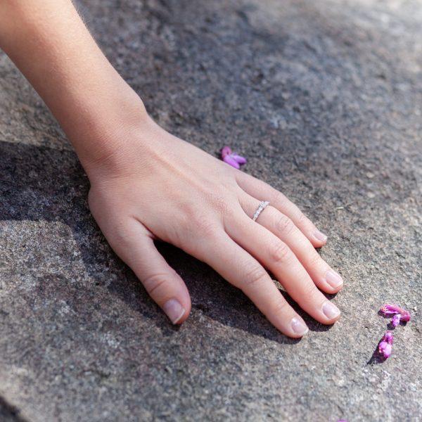 anillo de oro con media alianza de diamantes