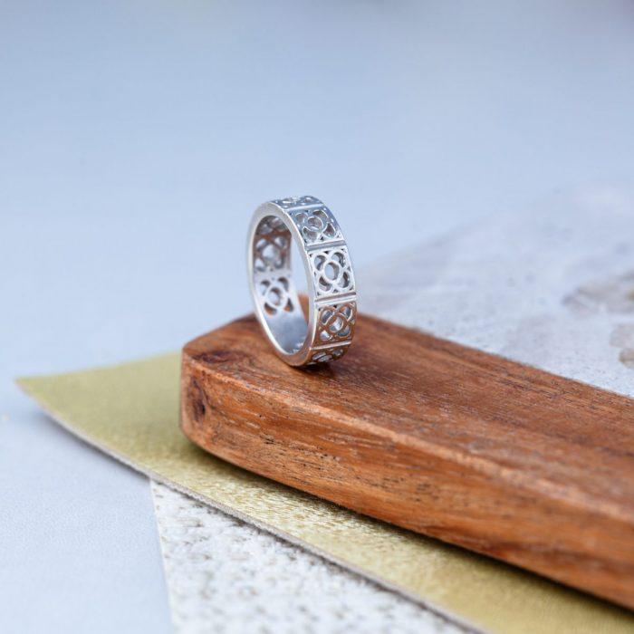 anillo de plata con flor de Barcelona