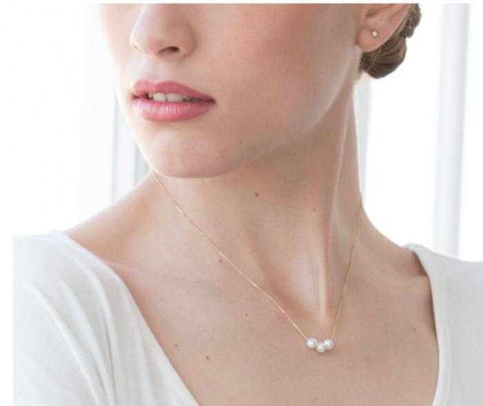 collar de oro con tres perlas