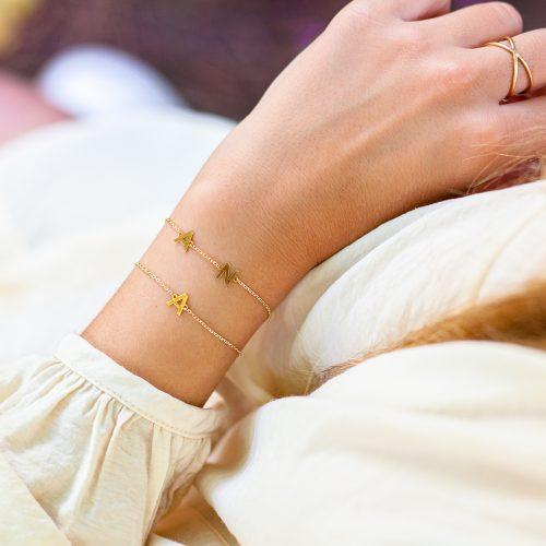 pulsera inicial de oro