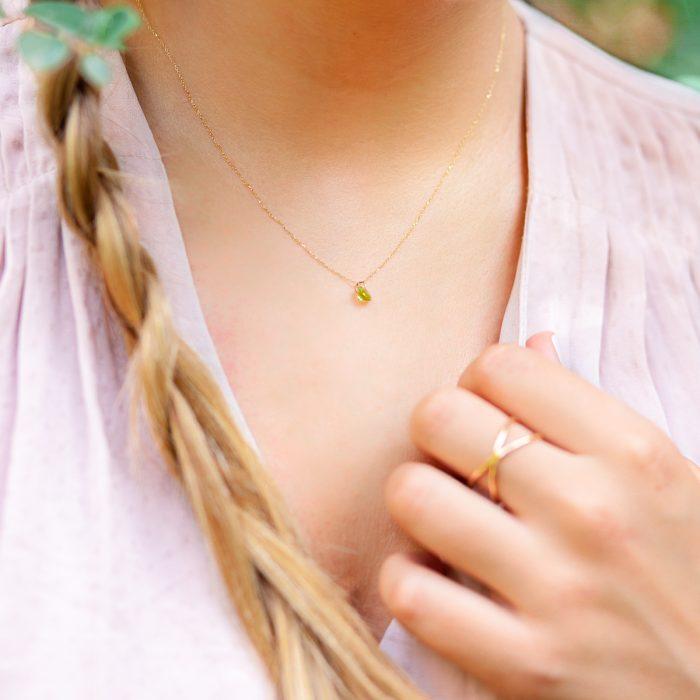 collar de oro con piedra