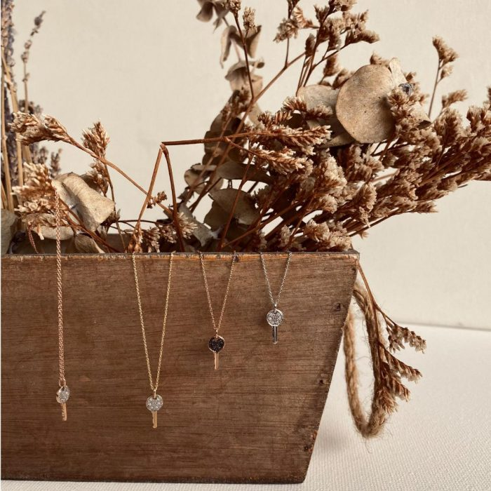 collar de oro con llave i diamantes
